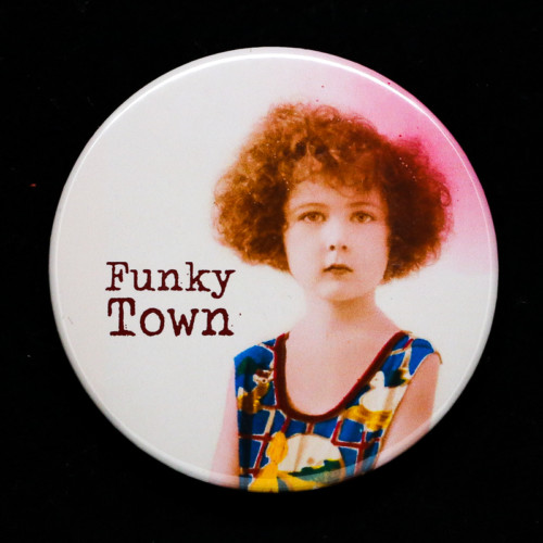 Badge funky town Red Orb Créations